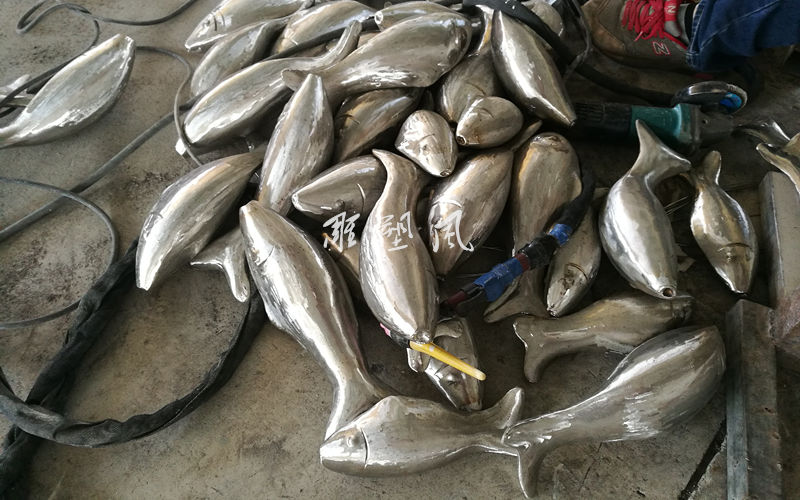 不锈钢鱼群雕塑制作