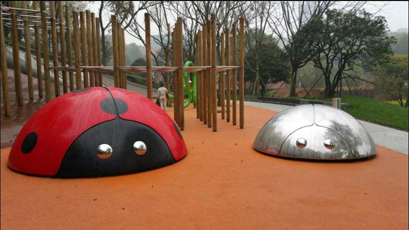不锈钢瓢虫雕塑安装