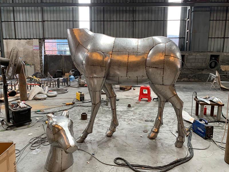 不锈钢鹿雕塑锻造成形