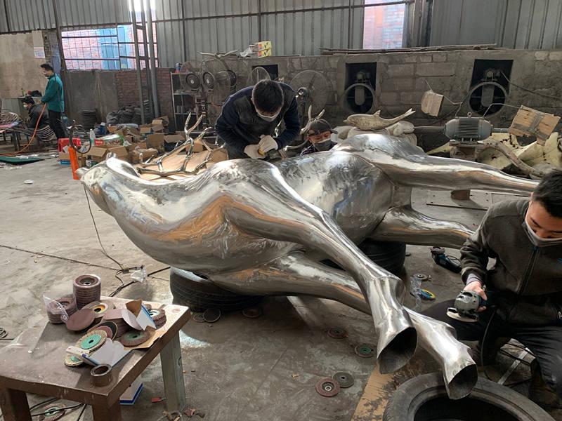 不锈钢鹿雕塑打磨抛光