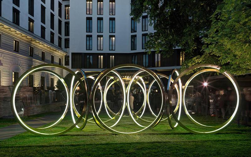 不锈钢雕塑夜间灯光效果
