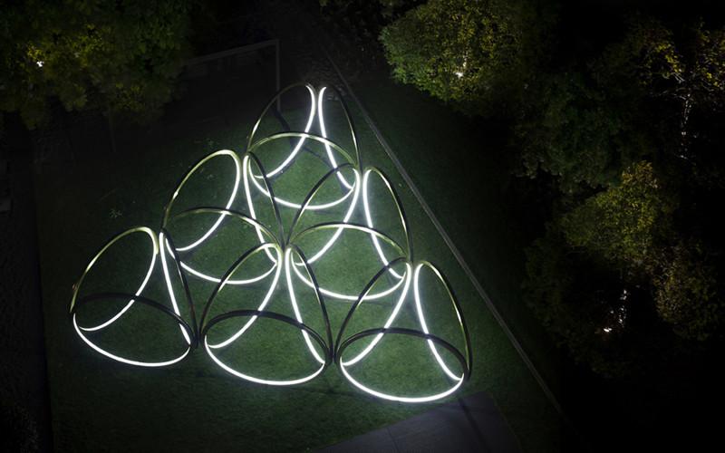 不锈钢雕塑夜间灯光俯视效果