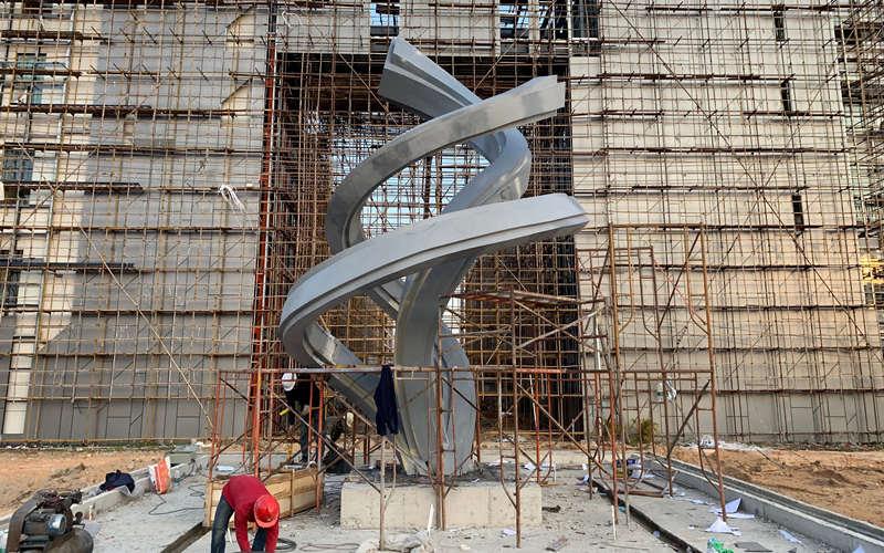 纽带不锈钢雕塑工地安装