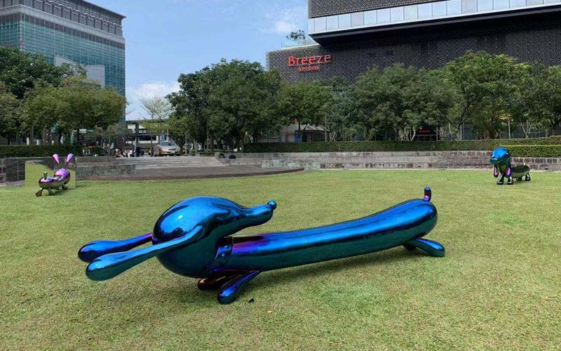 台湾台北101大楼广场彩色不锈钢狗安装