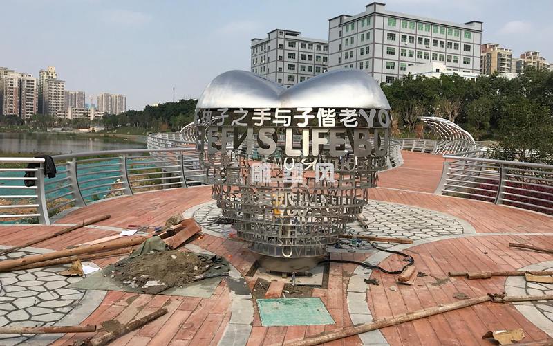 深圳稔田广场爱心不锈钢雕塑安装