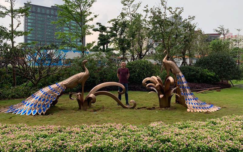 不锈钢孔雀雕塑工地现场安装 艺术总监合影