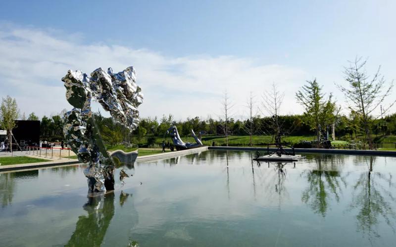 雕塑家展望作品太湖石