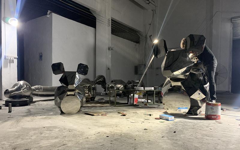 不锈钢老鼠雕塑表面打磨抛光